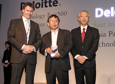 売上高成長率2万9577%で1位に輝いたVancl (Beijing) TechnologyのChen Nian CEO(中央)