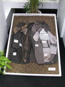 土に埋めて後163日目の生分解スーツ。素材によって進行具合は異なるが、生分解が進んでいることが分かる