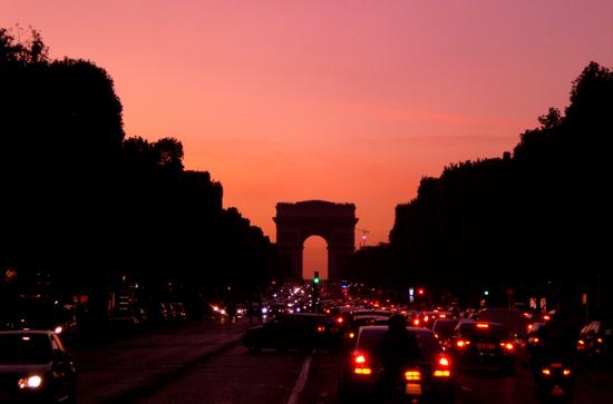 日没前のパリの凱旋門