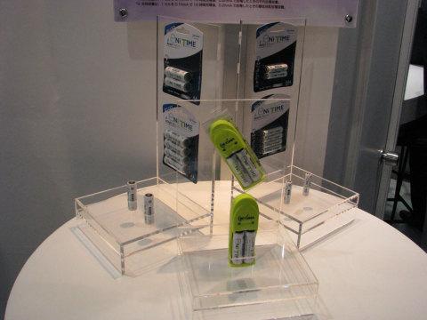 単3/単4形のニッケル水素電池(参考出品)。満充電すれば1年後でも約80%の電力が残っているという。エネループ競合製品で、年内の発売を検討中