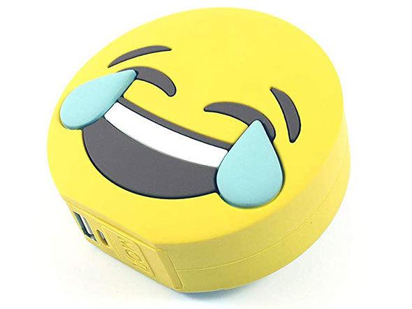 絵文字をアレンジしたこんなおもしろモバイルバッテリーも。「MOJIPOWER ラフ・モバイルバッテリー」(税込3717円)