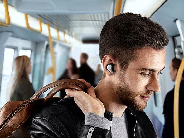 ノイズキャンセリング機能を持つイヤフォンでも、安全のために周囲の音を拾う機能を持つ物も。写真は「Jabra Elite 65t」