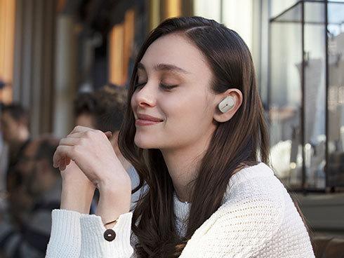 完全ワイヤレスイヤフォンが人気です。写真はソニーの「WF-1000XM3」