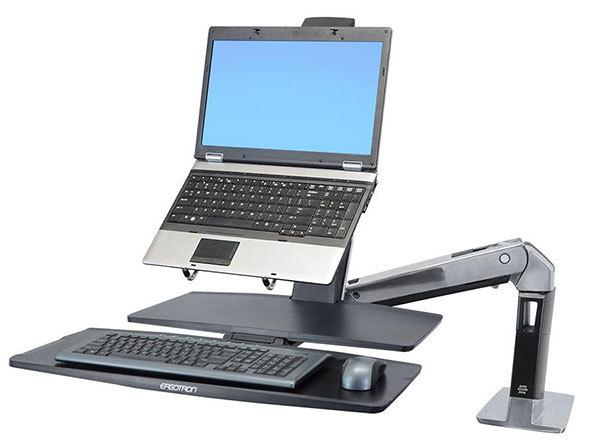 ノートパソコンを搭載できるアームも。写真はエルゴトロン「ノートブックトレイ」