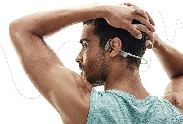 多くの骨伝導イヤフォンは頭の両側から挟むように装着する