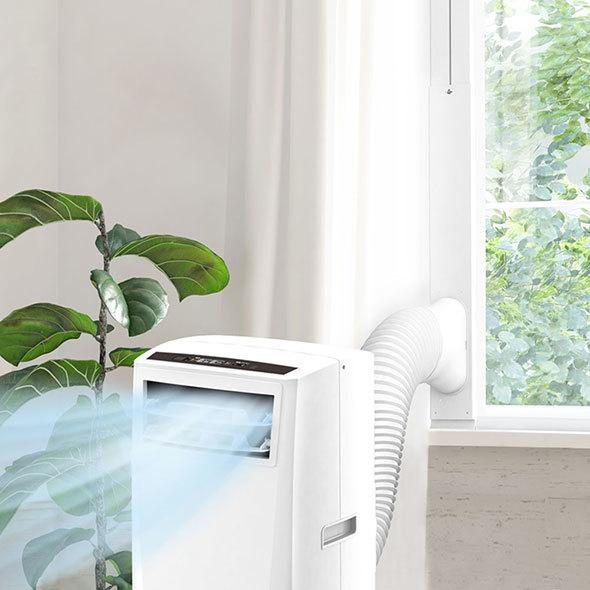 窓用のパネルとダクトで屋外に排熱できるモデルも(写真はアイリスオーヤマ「ポータブルクーラー」)