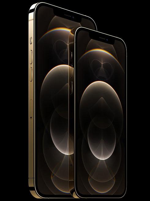 6.7型ディスプレイの「iPhone 12 Pro Max」(奥)と6.1型でひと回り小さいiPhone 12 Pro(手前)