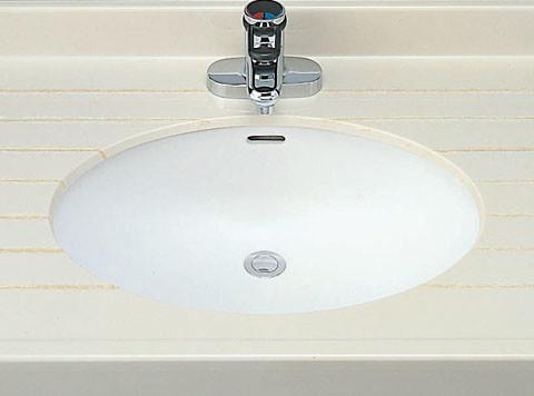 洗面ボウルの上部にある「−」型の穴が「オーバーフロー穴」です。穴の形状には、製品によって丸形などもあります