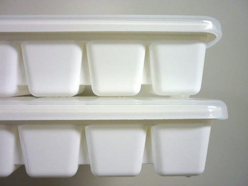 製氷皿:シリコン製か、プラスチック製か
