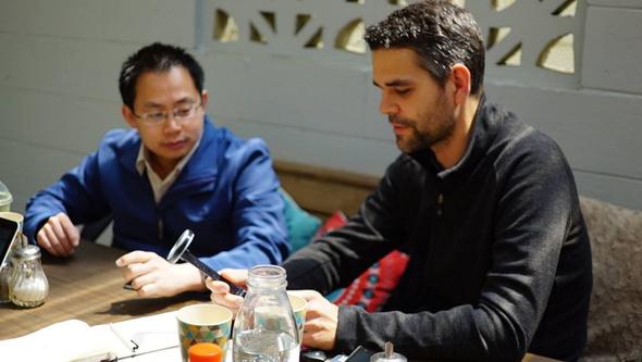 左からホン博士、デザイン責任者のアラン・ブライドソン氏