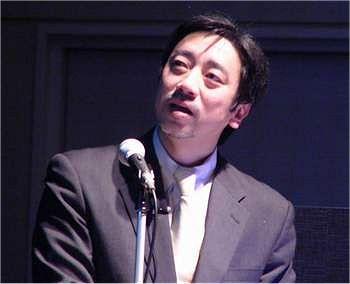 講演に集中した結果コップの水をこぼす一幕もあった萩本氏