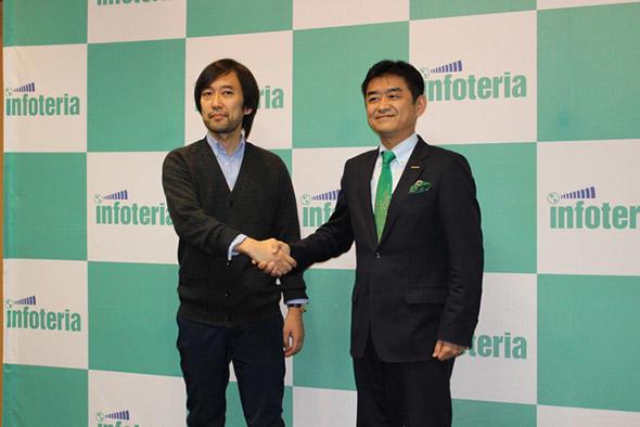テックビューロの朝山 貴生氏(左)とインフォテリアの平野 洋一郎氏(右)