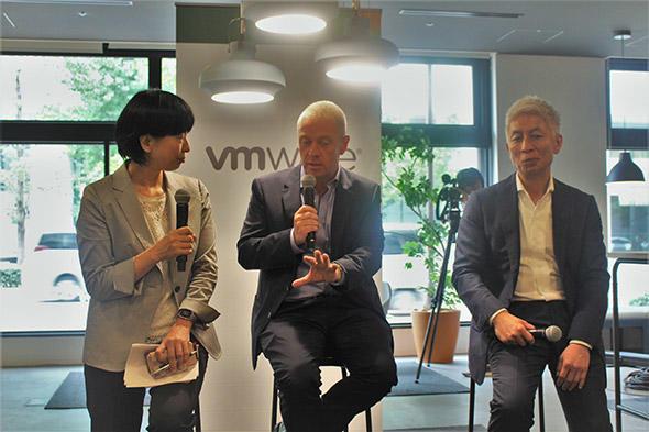 (左から)田澤由利氏、ジョン・ロバートソン、本田 豊氏