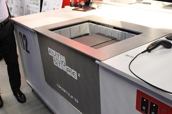 図1 ビンに荷物を入れると、ロボットがコンテナに荷物を格納