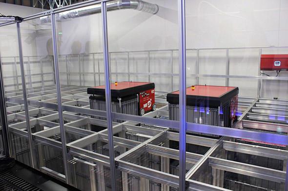 図2 ロボットがコンテナ内の最適な場所に荷物を移動させ、格納