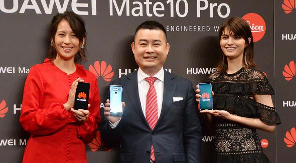 呉波氏(中央)と、ゲスト登壇したタレントの青木裕子さん(左)、マギーさん(右)