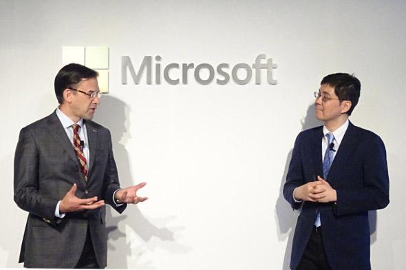 日本マイクロソフト社長 平野拓也氏(左)とランドログ社長 井川甲作氏(右)