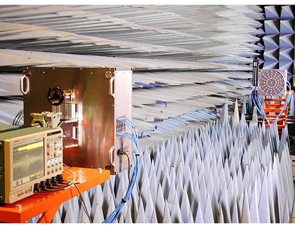 実験室(電波暗室)内の様子
