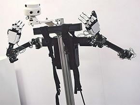 図2 左:Fusion試作機の全体像 右:Fusionを背負ったところ