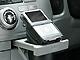 車のカップホルダーを利用するソフトレザー製iPod用スタンド
