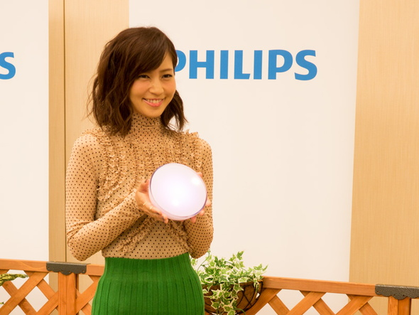 ポータブルLED照明「Philips Hue Go」を持つ安田美沙子さん