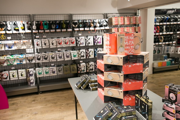 ショッピングモールを通る側の入り口にはポップなデザインのイヤフォン・ヘッドフォンがそろえられている