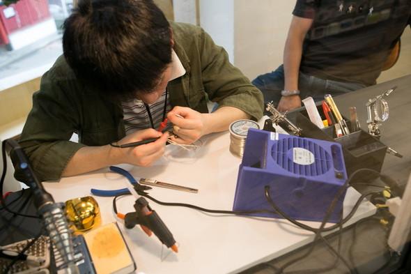 e☆イヤホンクリニックではさっそく店員がケーブルを修理していた