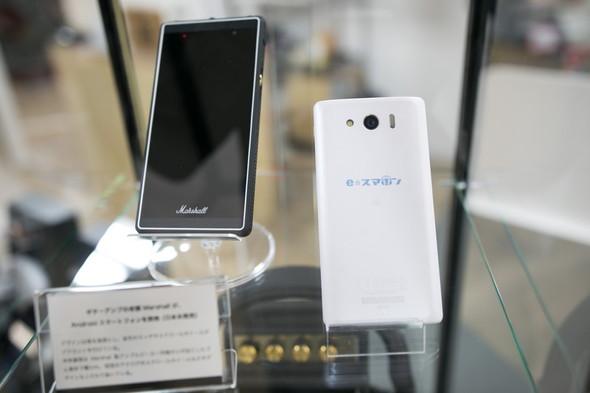 国内未発売のマーシャル製のスマートフォンと並んで、e☆スマホンのロゴが入ったスマートフォンも参考展示されていた