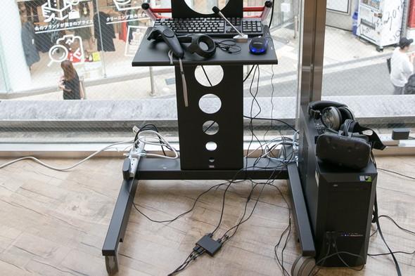 VRコーナーではVRと合うイヤフォンをHTC VIVEと合わせて試すことができる