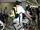 """自転車を引く乗客がホームに、 """"銀輪散策""""電車でGO!"""
