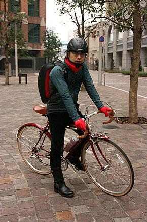 左が自転車に乗るとき、右がオフィスに着いたあとの服装