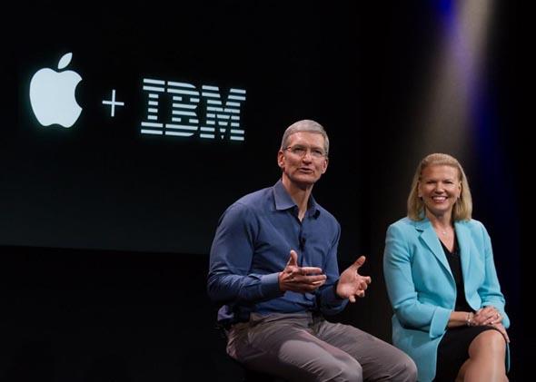 photo 米アップルのティム・クックCEOと米IBMのジニー・ロメッティCEO(...  松岡