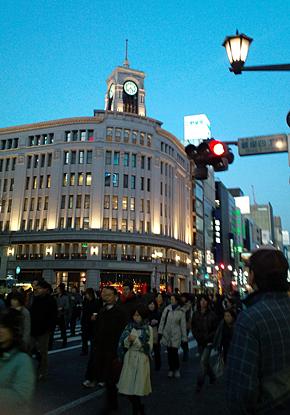 銀座の百貨店やブランドショップには連日のように外国人観光客が押し寄せる(写真はイメージです)