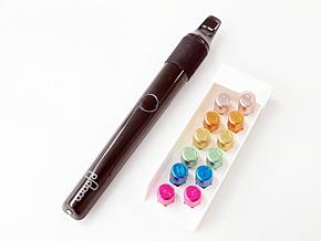 加熱型たばこデバイス「Ploom」。デザイン性にもこだわっている。ブルーのたばこポッドが「MEVIUS」、ピンクが「PIANISSIMO」
