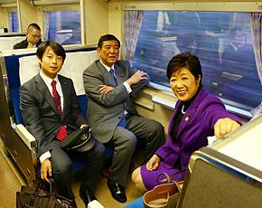 鉄道コン列車の583系電車に乗って嬉しそうな石破大臣(中央)。成功を喜ぶ小池百合子議員(右)は婚活・街コン推進議員連盟会長。石崎徹議員(左)は同議連事務局長