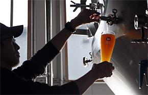 若い女性を中心にクラフトビールが今ブームだ(出典:木内酒造)