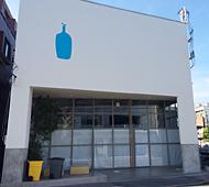 ブルーボトルコーヒーの「清澄白河ロースタリー&カフェ」。オフィスも併設している(2014年12月撮影)