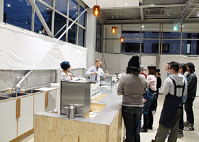 店舗オープンまで1カ月を切ると、世界トップクラスのバリスタを講師に日夜トレーニングが行われた(2015年1月撮影)