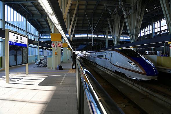 金沢駅に試乗列車W7系W2編成が入線。柱の上部に施された金色は本物の金箔で、60本の柱に2万枚以上が使われたという。高い位置にある理由は盗難防止かも?