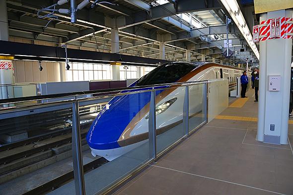 金沢駅のホーム柵は一部がガラス張り。安全に乗車記念写真を撮れそうだ