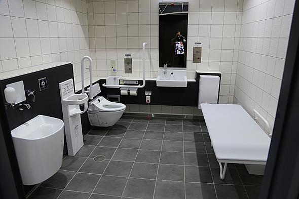 新幹線ホーム階下にはユニバーサルデザインの多目的トイレを2部屋用意。おしめ交換や授乳にも使えそう。車いす、オストメイトも対応