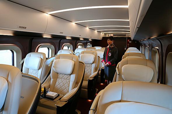 グリーン車より格上のグランクラスは専任のアテンダントが乗務。和洋の軽食、おかき、ケーキ、ソフトドリンク、アルコール類が提供される