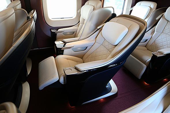 グランクラスのシートは東北新幹線E5系/H5系と同仕様のバックシェルタイプで、後席を気にせず倒せる。電動リクライニングは43.6度