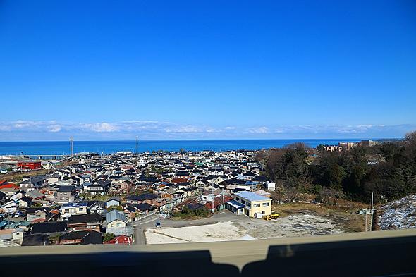 糸魚川駅付近で日本海が見える。蜃気楼が見えたらかなりラッキーだろう