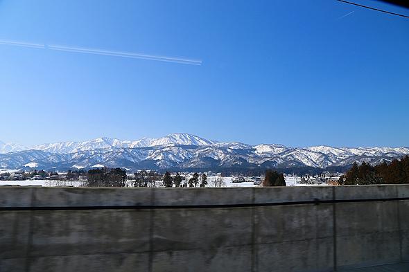 糸魚川駅〜長野駅間は妙高山系を囲むルートだ。トンネルの合間から景色を望める
