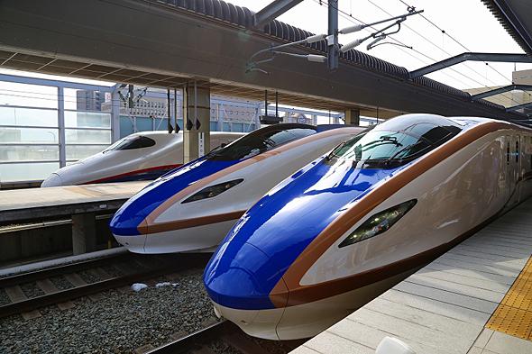 長野駅に揃った北陸新幹線車両。奧から「あさま」E2系、中央がE7系、手前がW7系。E7系とW7系の差異は小さい