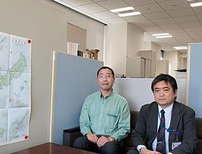 内閣府 産業新興担当参事官室の鈴木洋一郎参事官(左)と、溝上昌洋参事官補佐