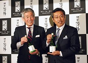 記者発表会に登壇した旭酒造の桜井博志社長(左)と、「課長島耕作」シリーズで知られる漫画家の弘兼憲史さん。弘兼さんは旭酒造のある山口県出身という縁もあり招かれた