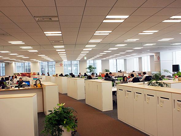 現在のカルビー本社の様子。ここで働く社員約230人のほぼすべてが固定席を持たない