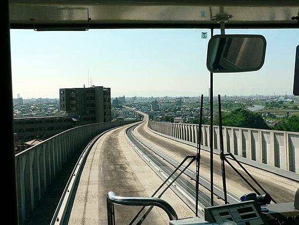 名古屋ガイドウェイバスのガイドウェイ区間は法律上は軌道、路面電車の扱いだ。一般道路より狭いため最小限の道路幅でよい。高架鉄道より建設費が低くなる